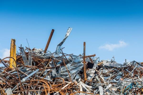 złomowisko, odpady, skrawki blach, metali